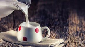 milka Zatoczki lub kózki mleko szklanki mleka wylewać zdjęcia stock