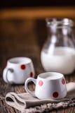 milka Zatoczki lub kózki mleko szklanki mleka wylewać Obrazy Royalty Free