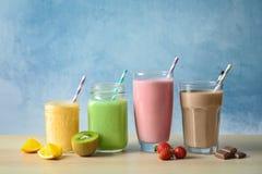 Milks shake diferentes nos produtos vidreiros Imagens de Stock