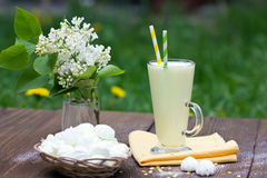 Milkshake, μαρέγκα, ιώδης ανθοδέσμη Στοκ Φωτογραφίες