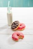 Milkshake в стеклянной бутылке с сладостными donuts на таблице Стоковая Фотография RF