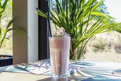 Milkshake или кофе RAF на таблице стоковые фото
