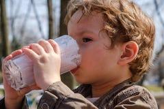Milkshake клубники мальчика выпивая Стоковое Изображение