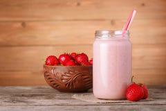 Milkshake клубники на деревянной предпосылке Стоковая Фотография