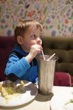 milkshake мальчика выпивая Стоковые Изображения