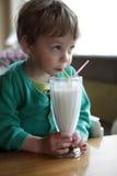 milkshake мальчика выпивая Стоковое фото RF