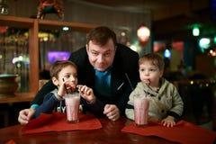 Milkshake семьи выпивая Стоковое Изображение RF