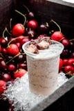 Milkshake с шоколадом на предпосылке ягоды Коробка вишни Конец-вверх космос Стоковое Фото