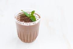 Milkshake шоколада в стекле на белом деревянном столе стоковая фотография