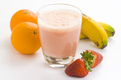 Milkshake alaranjado da banana da morango deliciosa Fotografia de Stock