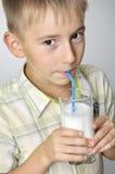 Milkshake bebendo de sorriso do menino Fotos de Stock Royalty Free