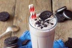 Milkshake (chokladsmoothie) med kakor royaltyfri bild