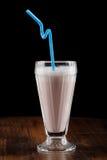 Milkshake (coctail) med bäret Royaltyfria Bilder