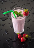 Milkshake com morangos Fotos de Stock Royalty Free