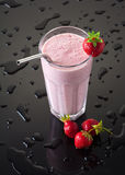 Milkshake com morangos Foto de Stock Royalty Free