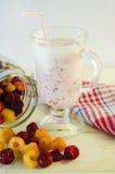 Milkshake con las frambuesas Foto de archivo libre de regalías