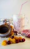 Milkshake con las frambuesas Fotos de archivo libres de regalías
