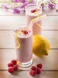 Milkshake da framboesa no vidro imagem de stock