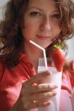 Milkshake da terra arrendada da menina Imagens de Stock Royalty Free