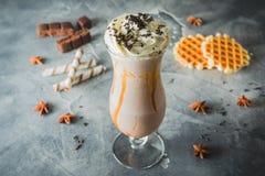 Milkshake de chocolat avec de la crème et le chocolat fouettés Boisson douce avec des biscuits photographie stock libre de droits
