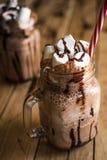 Milkshake de chocolat avec la guimauve Dessert de chocolat En bois Photo stock