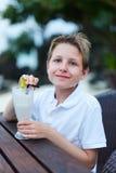 Milkshake de consumición del muchacho Foto de archivo