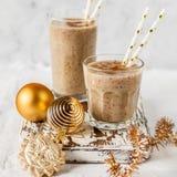 Milkshake de date de Noël avec de la cannelle image libre de droits