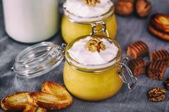 Milkshake de potiron dans le pot en verre avec les biscuits fouettés de crème, de caramel, de noix et de miel Bouteille de lait S Photographie stock libre de droits