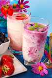Milkshake del arándano y de la fresa Imagen de archivo libre de regalías