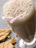 Milkshake del chocolate con una galleta imagen de archivo