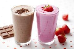 Milkshake do chocolate e da morango foto de stock