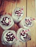 Milkshake med chokladsirap arkivfoton