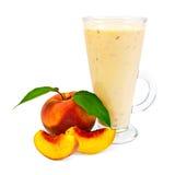 Milkshake med persikor fotografering för bildbyråer