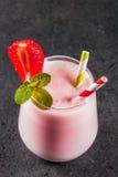 Milkshake met aardbeien stock afbeelding