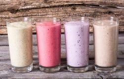Milkshake met bessen stock afbeelding