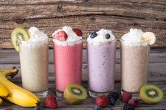 Milkshake met bessen stock afbeeldingen