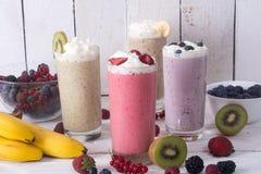 Milkshake met bessen stock foto