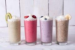 Milkshake met bessen stock fotografie