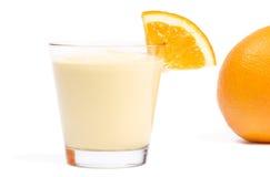 Milkshake met een stuk van sinaasappel en sinaasappel in bac Royalty-vrije Stock Afbeelding