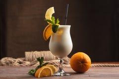 Milkshake met ingrediënten en uitstekend bestek Stock Afbeelding