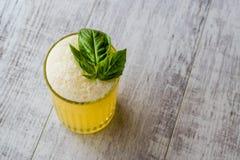 Milkshake persan de safran avec des feuilles de basilic photo libre de droits