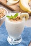 Milkshake z bananem, granola i cynamonem w szkle, Obrazy Royalty Free