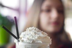 Milkshakenärbild i kafét arkivbilder
