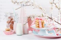 Milkshakes και γλυκά στο ροζ και το μπλε στοκ εικόνες