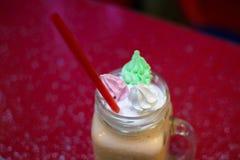 Milkshakes με το Μαύρο στο γυαλί στο υπόβαθρο bokeh στοκ εικόνες