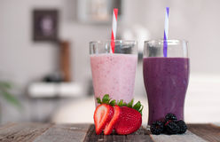 Milkshakes сделанные с свежими голубиками и клубниками в стекле стоковое изображение rf