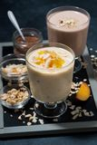 milkshakes с шоколадом, овсяной кашей и манго в стеклах Стоковые Изображения