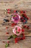 2 milkshakes ягоды, съемки сверху Стоковые Фото