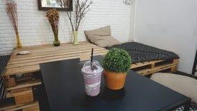 Milkshakes i smoothies jagoda, owoc w łóżkowym pokoju obraz royalty free