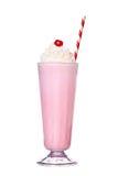 Milkshakes truskawkowy smak z wiśnią i batożącą śmietanką Obraz Stock